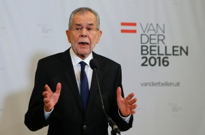 Austrian presidential candidate Alexander Van der Bellen, who is supported by the Greens, adresses the media during a press conference in Vienna, Austria, December 4, 2016.     REUTERS/Heinz-Peter Bader  - RTSUMAN